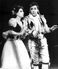 Сцена из оперы «Севильский цирюльник», Фигаро — Радик Гареев, Розина — Ирина Наумова (Екатеринбург), 1994 год